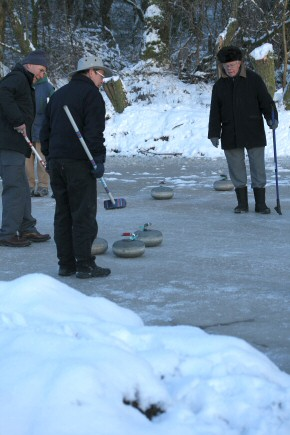 Picture of curling on Drumore Pond, 28 December 2009, 22KB
